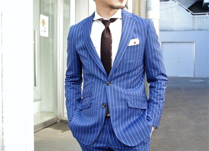 青いスーツ