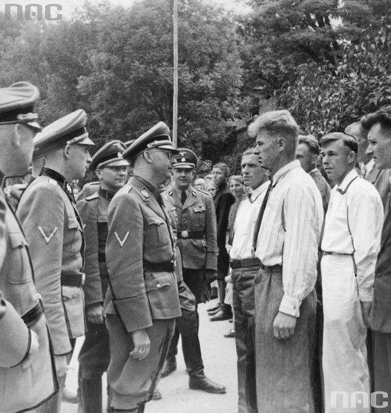 Reichsfuhrer Heinrich Himmler (4 z lewej) w otoczeniu oficerów w rozmowie z volksdeutschami. Prawdopodobnie - Plac Litewski