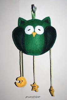 Billy 01: Civetta in feltro verde con pendagli a luna e stelle.