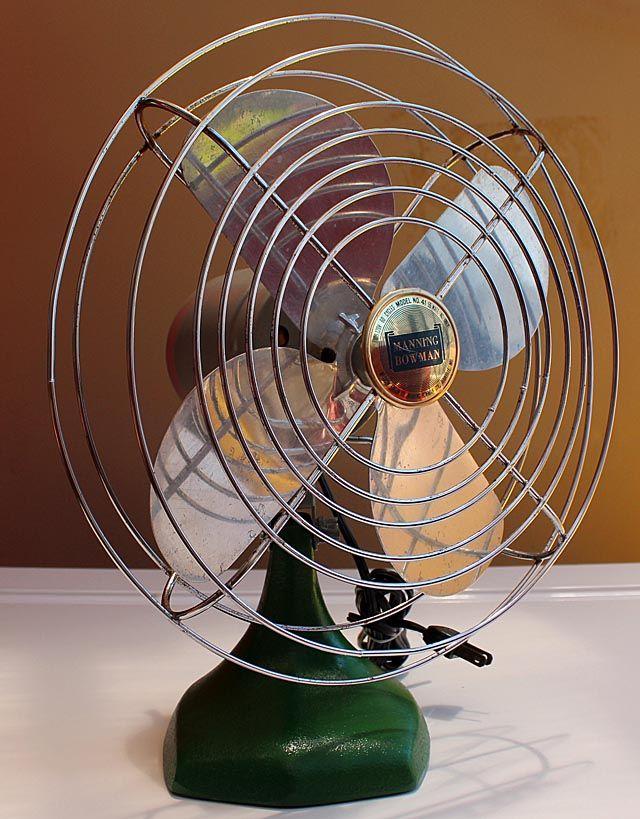 1950年代 アメリカ製の小型扇風機で アルミニウムの4枚羽 アイアンのダイキャスト製土台 壁掛けもできます アメリカンヴィンテージなインテリア ガレージ 店舗などのディスプレイにも最適です 稼働品です 扇風機 アメリカンビンテージ アンティーク