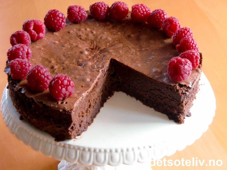 """""""Der gaar en Nemesis igjennem Livet; den rammer sikkert, skjønt den rammer sent, - at rømme væk fra den, er ingen givet"""" (""""Kjærlighedens komedie"""" skrevet av Henrik Ibsen i 1862). """"Sjokoladekake Nemesis"""" er en fantastisk kremete sjokoladekake som stekes i vannbad. Kaken er basert på samme type oppskrift som verdensberømte """"Chocolate Nemesis"""" fra River Café i London (se egen oppskrift på detsoteliv.no), men i en litt mindre versjon."""