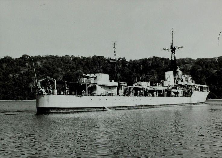 De Nederlandse torpedojager Tjerk Hiddes bij de haven van Tjilatjap tijdens de eerste politionele actie op Midden-Java Indonesië, circa 28 juli 1947. De marine beschiet in deze dagen het eilandje Noesa Kambangan voor de Javaanse kust.