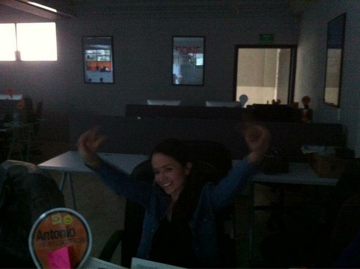No hay luz en la oficina y @Ashanty_x lo sabe.