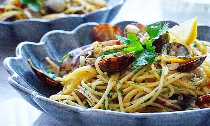 En av mina favoriträtter är denna ljuvliga och smakrika pastan med vongolemusslor. Jag älskar den fräscha smaken av citronzest och persilja och extra gott b