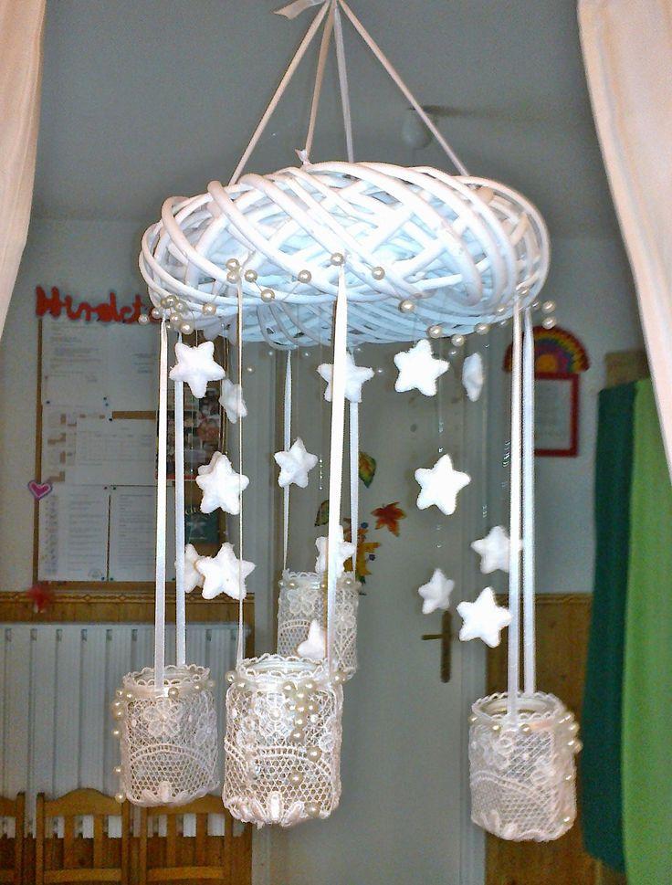 Fehér adventi koszorú, csipke, befőttes üveg, csillagok.
