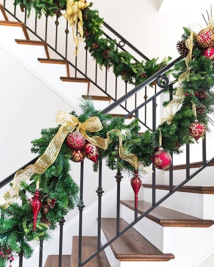 Если в вашем доме есть #лестница, то она тоже достойна новогоднего наряда @pizzazzerie #новыйгод #christmasdecor #christmas #galleria_arben