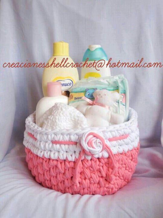Canastilla bebé rosa y blanca con flor