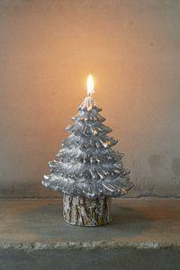 Nydelig sølvfarget stearinlys formet som et juletre fra Riviera Maison. 18 cm høyt.