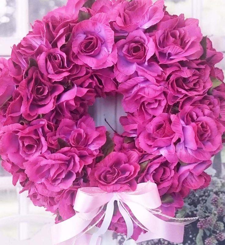 Jen+růže...+Mohutnější+věneček+s+mnoha+látkovými+růžemi,+průměr+32+cm.+Barva+fialovorůžová.