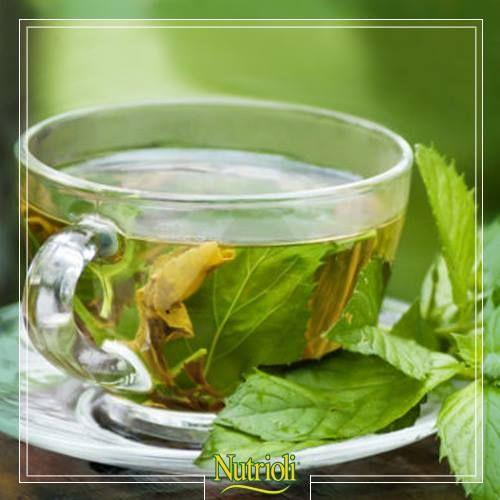 ¡Prepárate para la temporada de frío! con este delicioso té de hierbabuena. Puede ayudarte a reducir el dolor de garganta y la congestión nasal. Además, el aroma de este té es relajante, alivia el estrés y mejora la concentración.  Prepara una infusión de 1 cucharada llena de hojas de hierbabuena por cada taza de agua, hierve por 2 minutos y deja reposar 5. Endúlzalo a tu gusto.