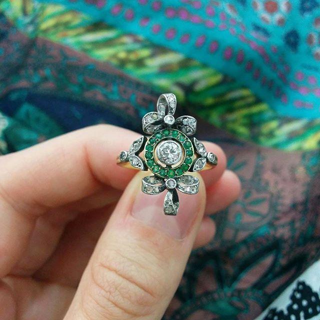 Whimsical Edwardian bow ring with diamonds and emeralds, c.1900  #edwardian #diamond #diamonds #emerald #bow #ring #antique #antiquering #antiquejewelry #jewelry #jewellery #original#1900s #hattongarden #farringdonsjewellery