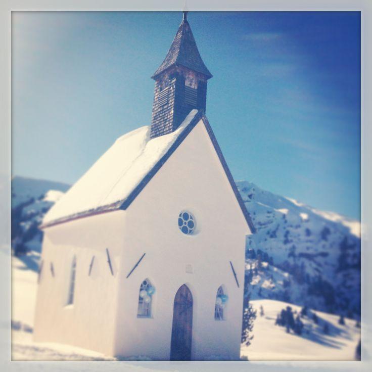 Wat een droom bestemming, dat unieke kerkje van Berghaus Zallinger, boven op de berg midden in de sneeuw! en na afloop vertrok het bruidspaar op de ski's