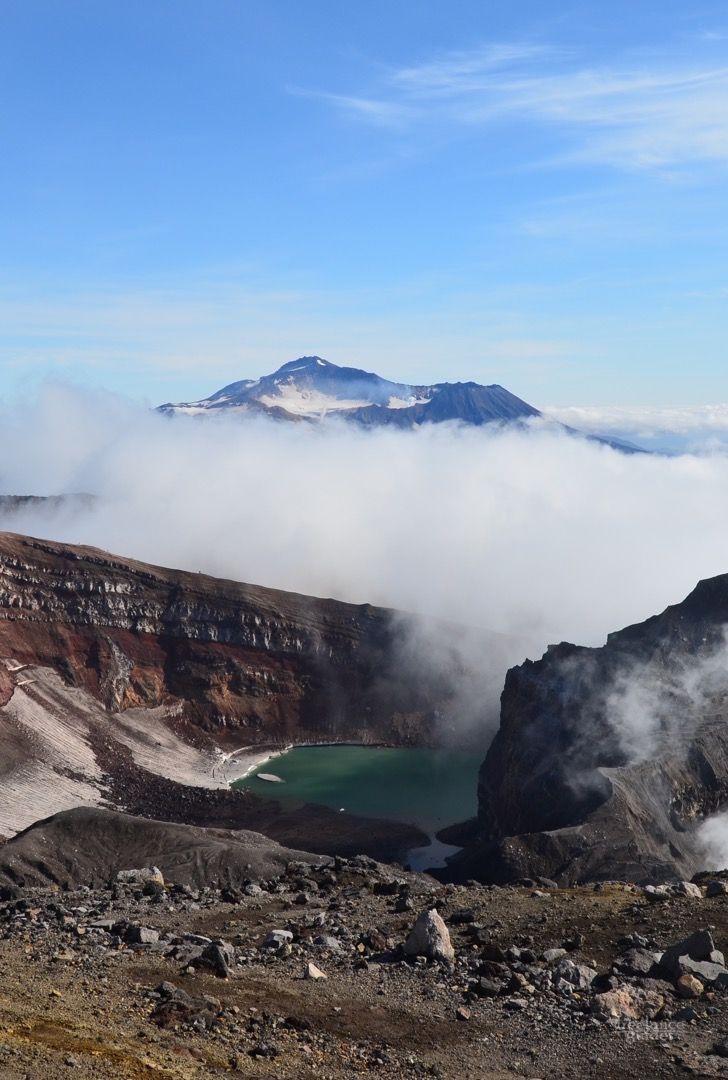 Камчатка. Тур: Восхождение на вулкан Горелый – замечательный маршрут выходного дня, совсем не сложный, но способный подарить незабываемые впечатления! Мы поднимемся на край кратера действующего вулкана Горелый, прогуляемся по нему, насладимся великолепной панорамой, открывающейся с его вершины. Вид действительно впечатляет – с вершины вулкана видно множество других вулканов, горный хребты, озера и Тихий океан.