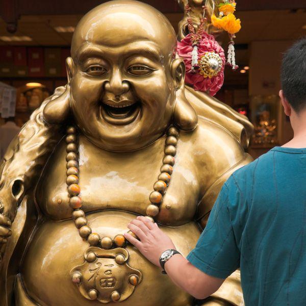 ¿Es cierto que Buda era gordo?  Según afirman los especialistas, deriva de una ligera confusión propiciada por una homofonía: Bu-Dai, o Budai, era una de las formas en las que se conocía al célebre monje budista Hotei, descrito como amigable y bonachón, y, él sí, calvo y rollizo.