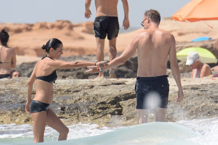 Pin for Later: Jennifer Connelly Is Basically a Bond Girl on the Beach With Paul Bettany