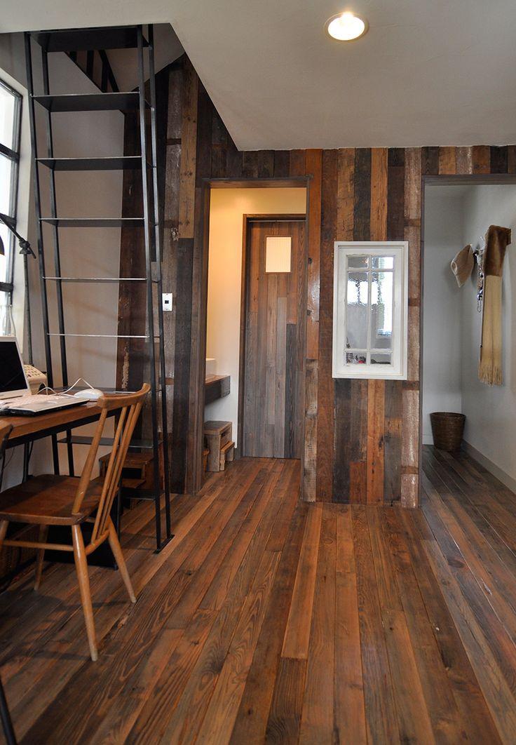 床材は古いウイスキー工場の廃材。表情が豊かな木の壁も、古材を組み合わせて張られている。