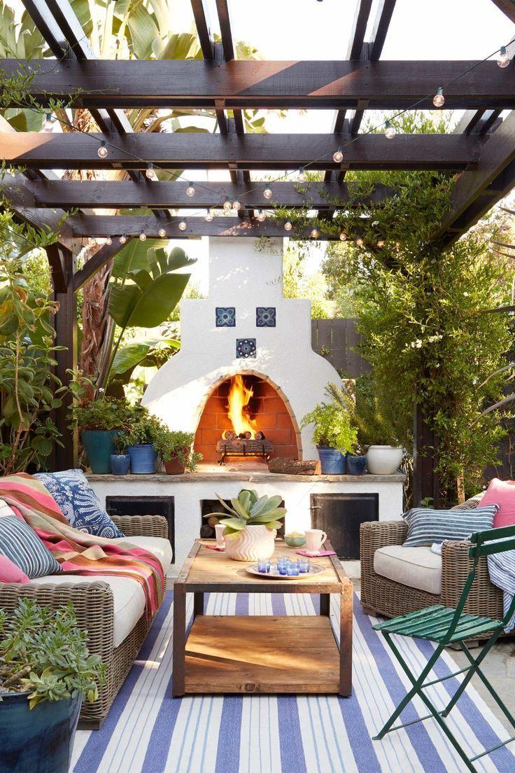 Besichtigen Sie einen kalifornischen Bungalow mit natürlichem, rustikalem Dekor   – Angela Galvan –  – #außenküche