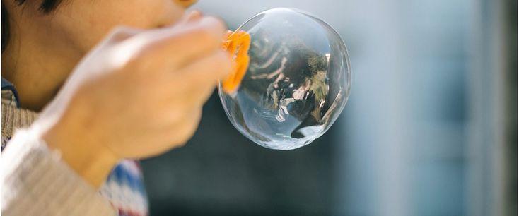 Enfant fait des bulles de savon