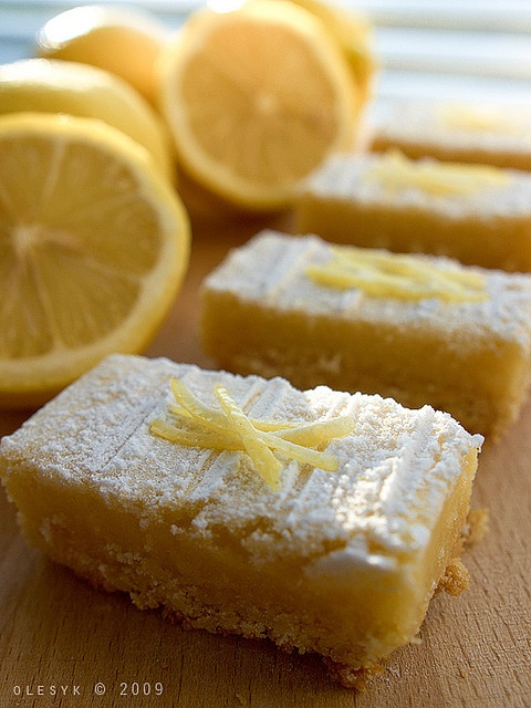lemon bars always look so good.