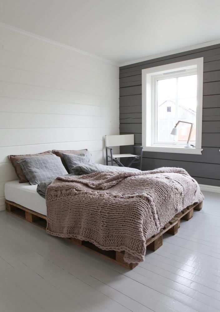 ENKELHET: Et soverom krever ikke mye interiør, bare sørg for at sengen er innbydende, og fargevalgene avslappede. I dette gjesterommet blir kalde farger myket opp av det tykke sengeteppet fra By Nord.