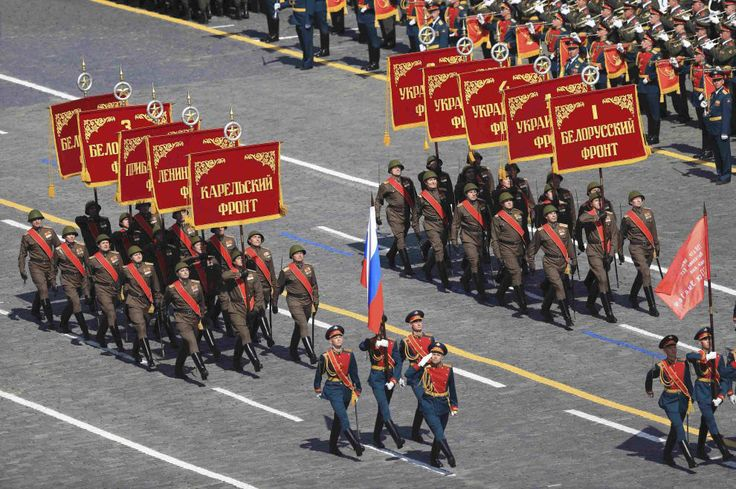 The historical part of the 2015 Victory Parade in Red Square opened znamenny groups with the standard of 10 fronts of the final stage of the Great Patriotic War. (Photo: Reuters)