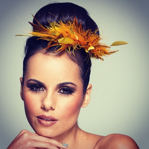 www.graciellastarling.com.br Linda foto de #Ernestokobayashi , make #eliananoronha #fascinator #graciellastarling modelo #brunaramos #casquete #carnaval - @graciellastarling- #webstagram