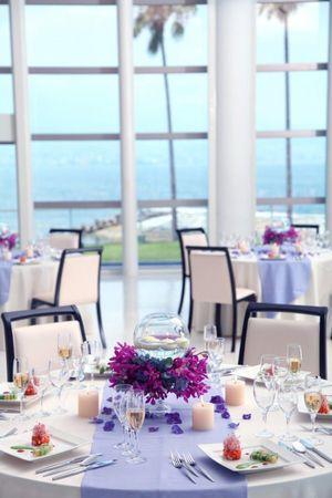 白×ラベンダー×紫の組み合わせは開放感のあるビーチウェディングにぴったり♪ パープルの会場装花のアイデア一覧。