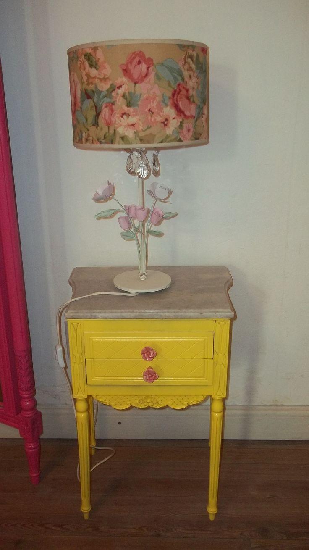 Mesita de luz Luis XVI amarilla con tiradores de cerámica. Lámpara de mesa de hierro.