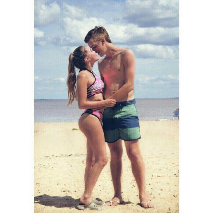 Parejas, playa, summer, relationship, beach, tumblr, amor, love, kiss, smile, bikini, sky, blue, pink, green, arena, sand, mar, olas