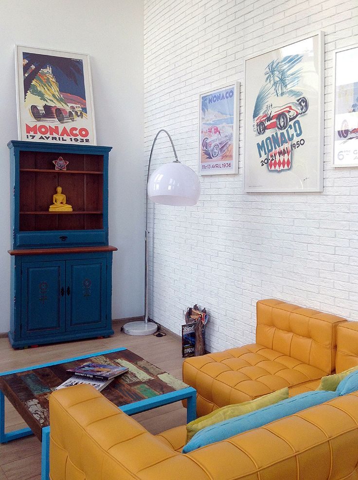 Предметы мебели из самых разных материалов могут сочетаться за счет геометрии очертаний.