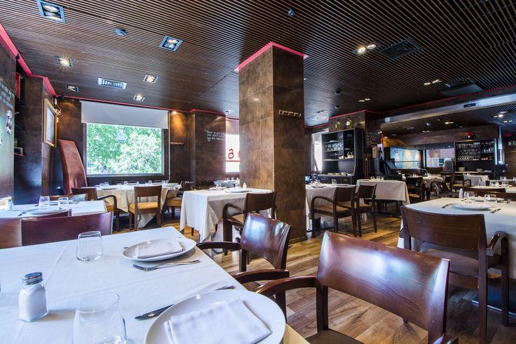 Salon de La Cantina con amplias mesas y mucha iluminación.