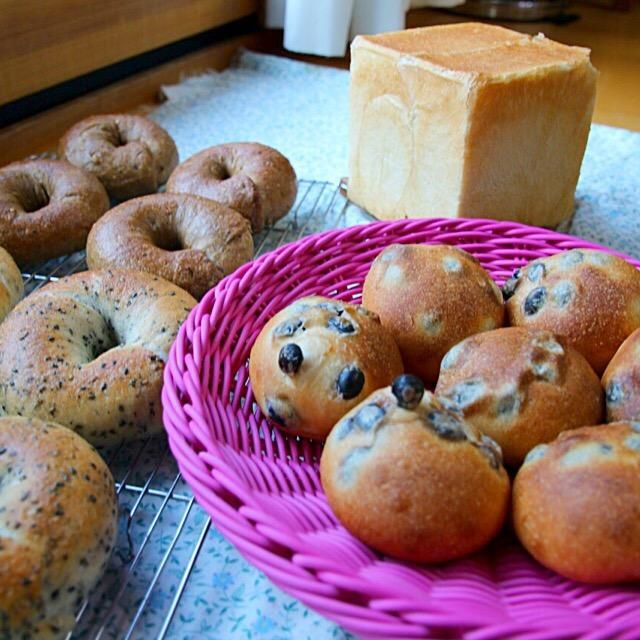 朝3時に起きて子供のお弁当とパン作りした  眠いー、昼寝しよう - 120件のもぐもぐ - 自家製酵母、角食、マルチグレインベーグル、黒胡麻ベーグル、黒豆パン by kokohimayuto