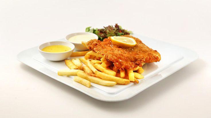 Kızarmış Pane Tavuk (Şnitzel).  Panelenmiş çıtır tavuk göğsü, peynir sos, 'ev yapımı' sarımsaklı mayonez, patates kızartması ve salata.