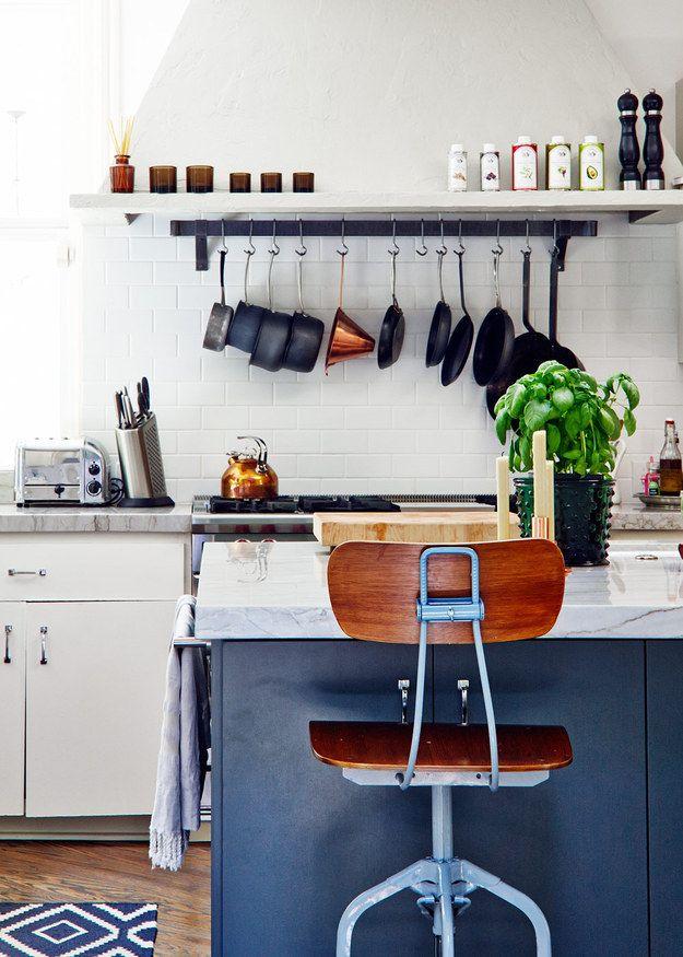 Para almacenamiento fácil de alcanzar, coloca una barra de tensión sobre la estufa para colgar ollas y sartenes.
