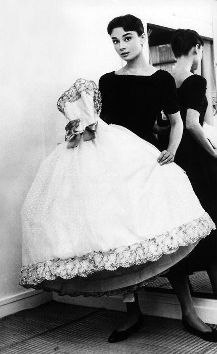 Audrey HepburnFashion, Ball Gowns, Dresses Up, Beautiful, Audrey Hepburn, Point Desprit, Audreyhepburn, The Dresses, Givenchy White