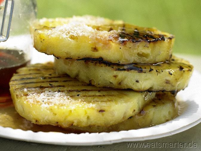 Auf den Nachtisch will keiner verzichten: Grill-Ananas mit Piment, Kokos und Ahornsirup |  http://eatsmarter.de/rezepte/grill-ananas/