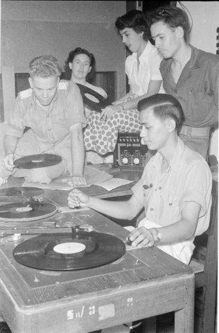 Omroepers en medewerkers van Omroep Soerabaja aan het werk, Indonesië (1950)