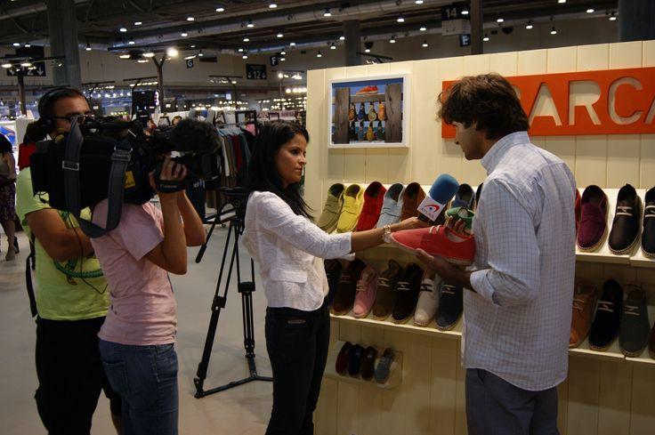 La firma de calzado Abarca Shoes, dedicada al diseño y comercialización de zapatos y cinturones unisex confeccionados artesanalmente, estuvo presente en la feria Momad Metrópolis, que se celebró del 6 al 8 de septiembre de 2013 en el recinto ferial de Ifema de Madrid.  Nuestra presencia llamó la atención de los medios de comunicación, entre ellos de Telecinco.