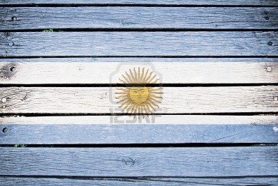Bandera argentina sobre maderas antiguas