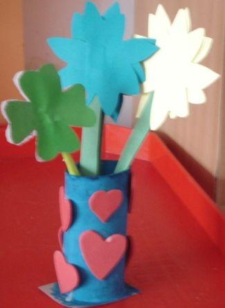 Vaze de flori din hârtie gumată decupată în forme de inimioare şi rolă de la hârtia igenică