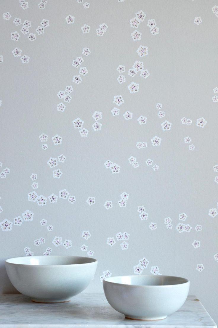 Smukt mønster med kirsebærblomster som falder ned ad væggen. Blandingen af matte og blanke trykfarver gør at tapetet ændrer udtryk afhængigt af hvor lyset falder på væggen og hvilken tid på dagen det er. En klassikker i Mimous sortimentet som både kan bruges som tapet i hele rummet og som en fondvæg og passer virkelig godt til Kyoto. Falling Flowers er en non woventapet, hvilket gør tapetseringen nemmere, da du stryger limen direkte på væggen og derefter sætter tapetet op. Du skal bruge…