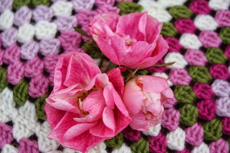 VÅRLI : Hekleteppe i rosenes farger