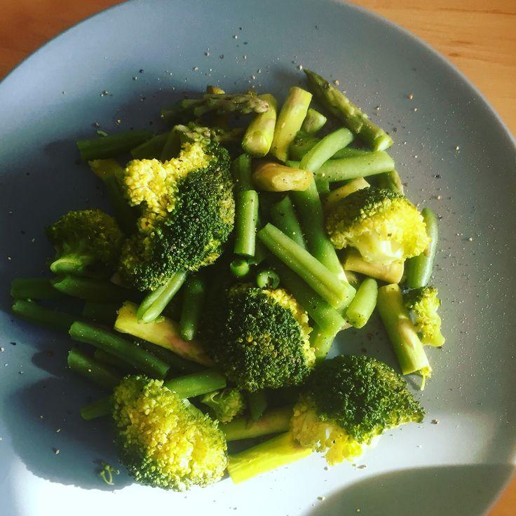 Gestoomde groenten sperziebonen, broccoli en groene asperges heerlijk!