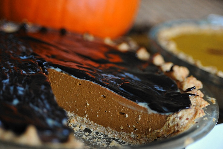 """PUMPKIN PIE – CIASTO Z DYNI (bez jajek)    Amerykańska tradycja święta dziękczynienia. Oczywiście, nie może zabraknąć na każdym stole ciasta z dyni, czyli """"pumpkin pie."""" Jest to ciasto, które po raz pierwszy spróbowałam dokładnie 22 lata temu, w Nowym Yorku. Stał się on moją """"miłością od drugiego kęsa,"""" – drugi był z bitą śmietaną…    Dzisiaj, ciasto z dyni w dwóch wersjach – tradycyjnej i czekoladowej. Oczywiście, z wegańską  bitą ś"""