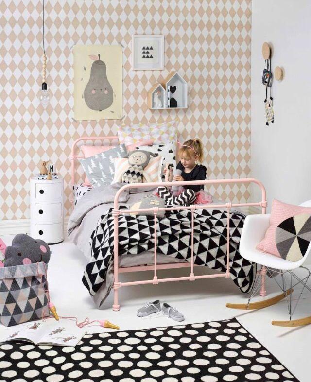 Leuke meidenkamer met veel Scandinavische invloeden, nog meer leuke ideeën voor de kinderkamer op http://www.interieurinspiratie.nl/