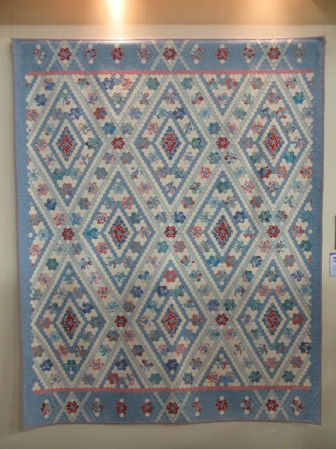 Stunning Hexagon Quilt - love how the sashing is carried into the borders