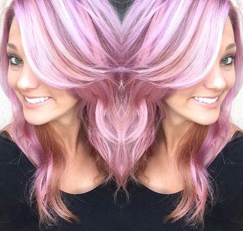 cheveux rose pastel avec des reflets blancs et bruns