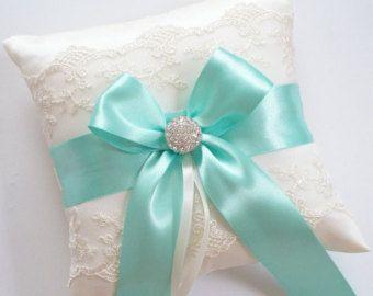 Almohada anillo de boda, cojín Aqua Blue Ribbon, con Ivory de encaje neto, Rhinestone centrada en el arco del satén