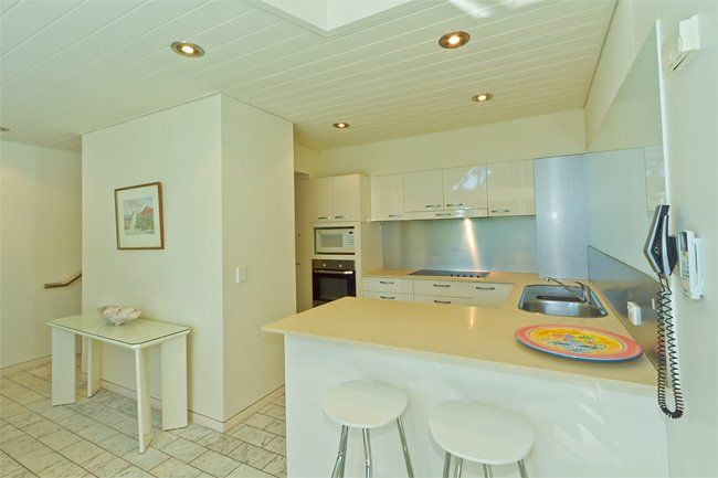 Little Cove Court - fully equipped kitchen - Little Cove Apartments Noosa