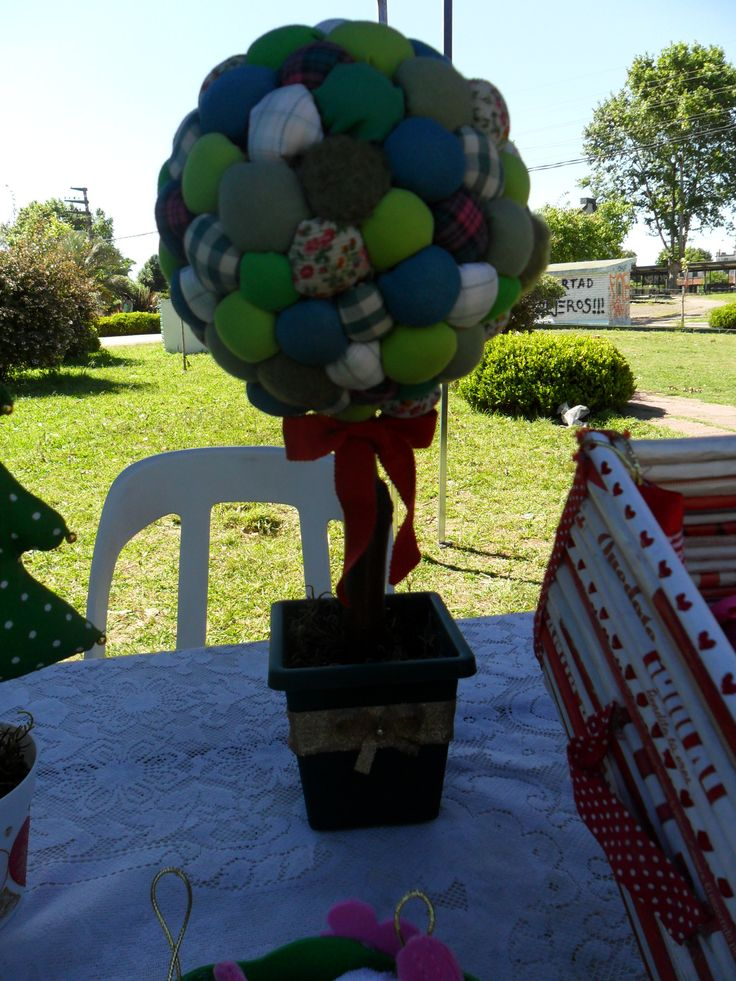 mi arbolito de navidad, grande. hecho con pompones de tela. Face: SAB CREACIONES.